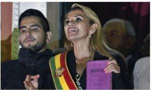 A Bíblia volta ao Palácio, diz presidente interina em posse na Bolívia