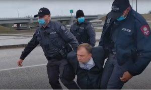 Pastor que escapou do comunismo soviético é preso no Canadá por culto 'ilegal'