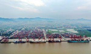 China fecha porto por covid e causa engarrafamento de 350 navios